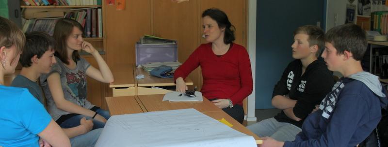 Andrea Keller im Gespräch mit den Schülerinnen