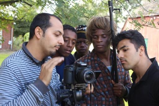 Ghafar Faizyar (1. v. Links), ein afghanischer Regisseur arbeitet mit einer Gruppe.